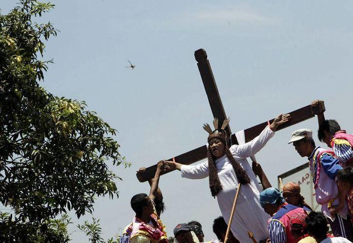 Un danés se unió a la experiencia de la crucifixión real. (EFE)