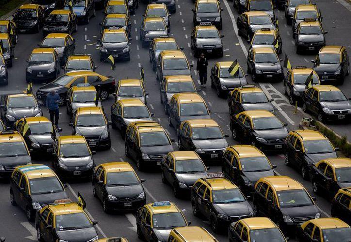 Taxistas bloquean la Avenida Nueve de Julio, la arteria más ancha de Buenos Aires, Argentina, para exigir que Uber desista de sus servicios este jueves 9 de junio de 2016. (AP Foto/Natacha Pisarenko)