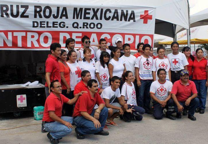 Jugares del primer equipo se tomaron la foto del recuerdo con el personal operativo de la Cruz Roja Cancún. (Archivo/SIPSE)