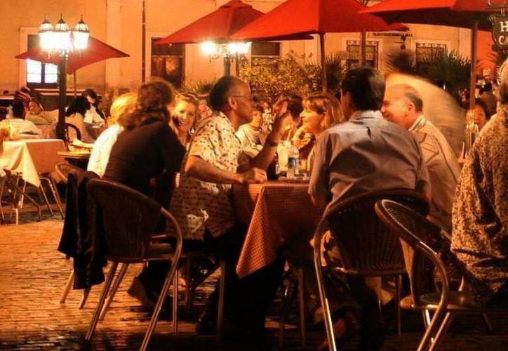 Cientos de personas salieron a celebrar el Día del Amor y la Amistad, lo que dejó buenas ganancias al sector restaurantero de Mérida. (Milenio Novedades)