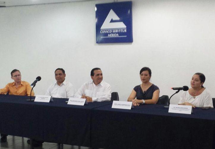Imagen de la conferencia de prensa para anunciar el programa  'Ángeles Inversionistas' por parte de la Canacome, Startup México y la Universidad Anáhuac Mayab. (Candelario Robles/SIPSE)
