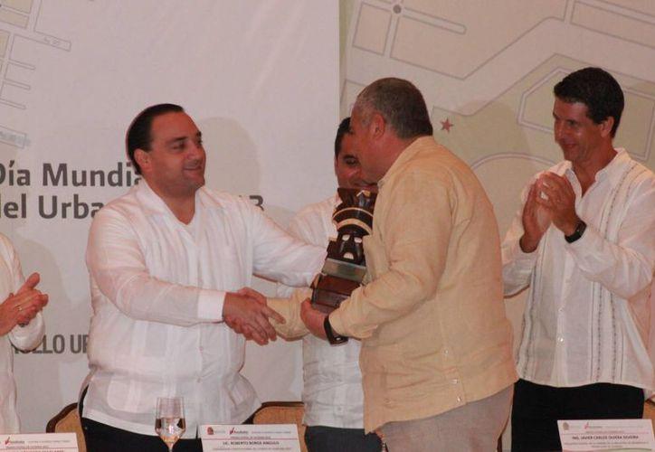 El gobernador entrega el premio a Antonio Zúñiga Hernández. (Adrián Barreto/SIPSE)