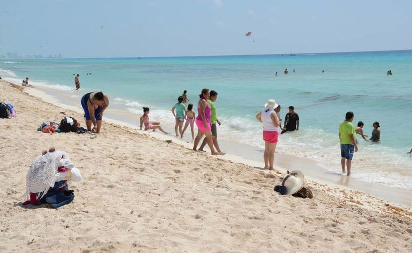Realizan la limpieza de las playas todos los días. (Victoria González/SIPSE)