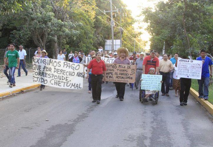 Alrededor de 60 integrantes del Ejido Chetumal se manifestaron la mañana de ayer de manera pacífica en el Aeropuerto. (Ángel Castilla/SIPSE)