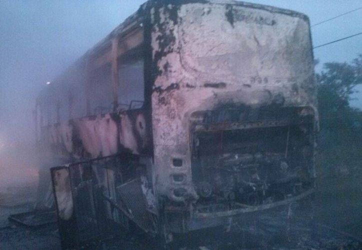 Por fortuna, los pasajeros del autobús lograron bajar de la unidad antes de ser alcanzados por el fuego. (SIPSE)