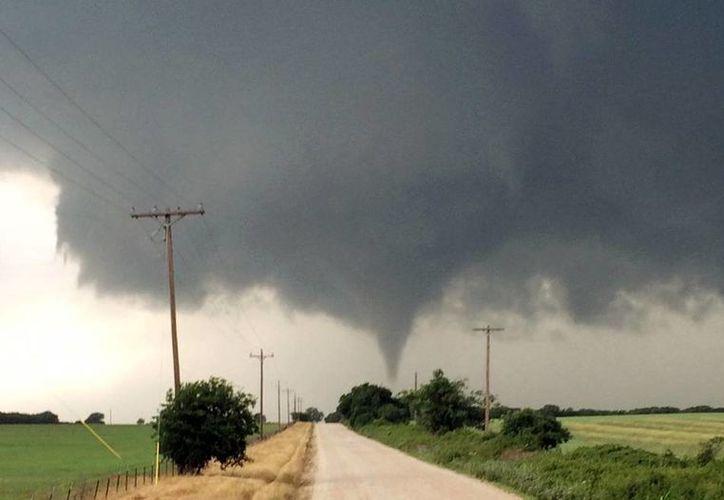 En esta imagen tomada el 9 de mayo de 2015, proporcionada por Brian Khoury, un tornado toca tierra en Cisco, Texas. (Brian Khoury via AP)