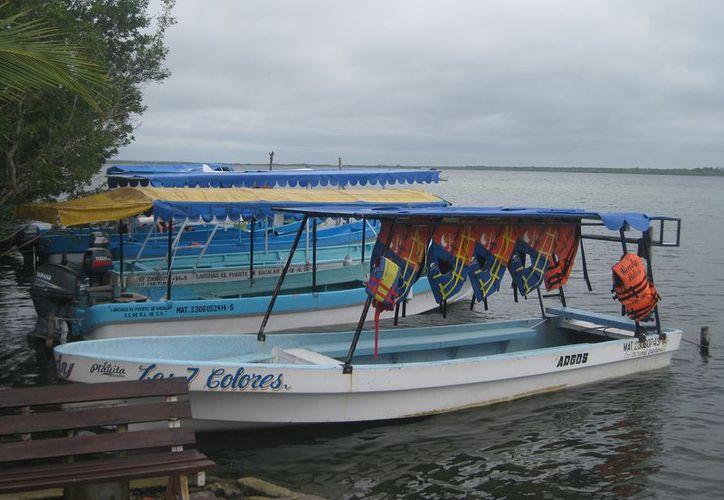 Los efectos del Frente Frío número 10 han alejado a los turistas de los tours acuáticos en Bacalar. (Javier Ortiz/SIPSE)