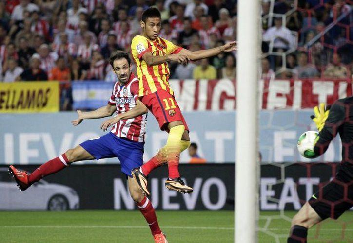 Neymar (c) cabecea para marcar ante el Atlético de Madrid, siete minutos después de su ingreso al terreno de juego. (EFE)