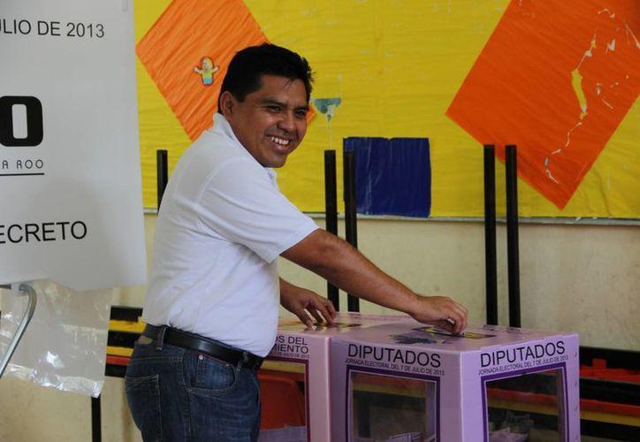 A las 11:45 el candidato ejerció su derecho. (Rossy López/SIPSE)