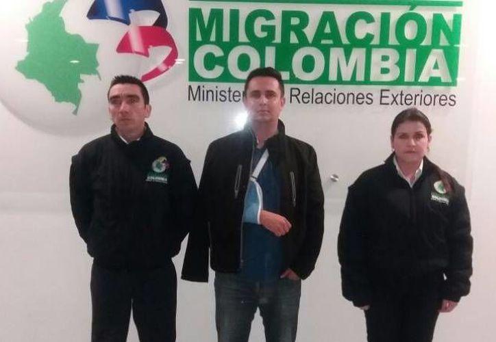 Raúl Edmundo Sepúlveda Alvarez (c) detenido en el aeropuerto El Dorado de Bogotá por personal de la estatal Migración Colombia. (http://www.migracioncolombia.gov.co)
