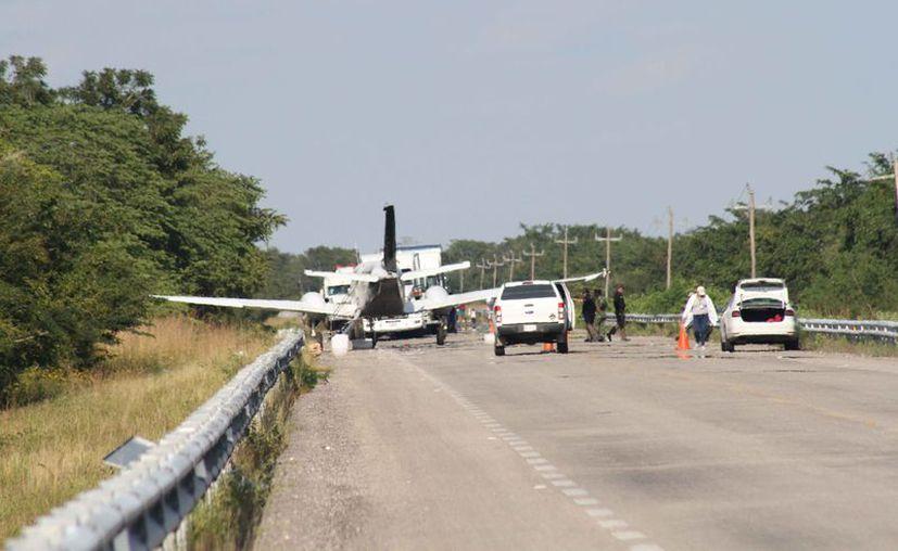 La avioneta aterrizó sobre la carretera federal Chetumal-Mérida. (Daniel Tejada/SIPSE)