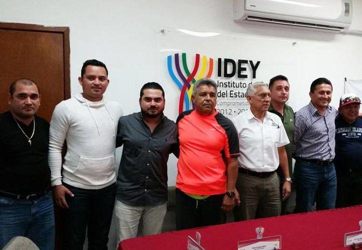 La presentación de la serie final de la Liga 'Naxón Zapata' se realizó ayer en rueda de prensa en el Instituto del Deporte del Estado de Yucatán. (Milenio Novedades)
