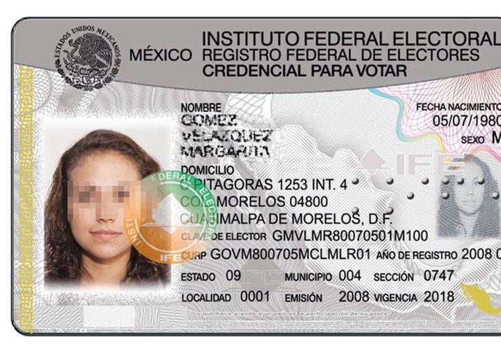 Los datos que pueden llegar a usurpar son nombre, teléfono, domicilio, fotografías, huellas dactilares y cualquier documento que permita identificar a una persona. Foto de contexto de una credencial del IFE. (Archivo/Notimex)