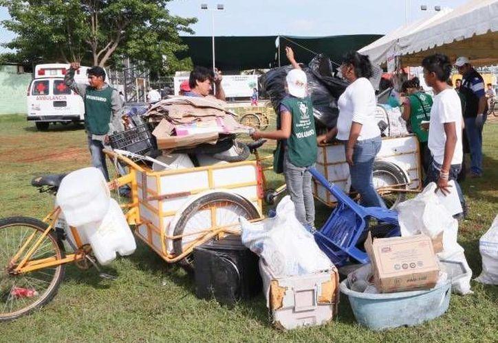 """Recolección de residuos sólidos en el programa """"Recicla por tu bienestar"""". (Milenio Novedades)"""