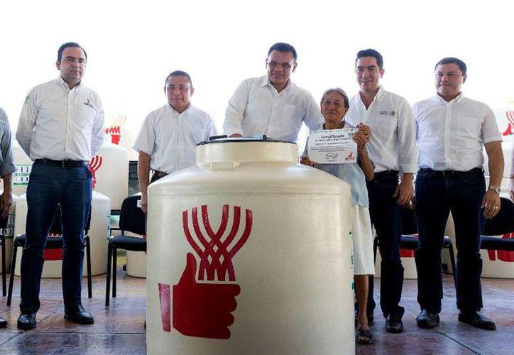 El gobernador de Yucatán, Rolando Zapata Bello, entregó este sábado apoyos a familias de Umán y Hunucmá. Este domingo, hará lo mismos en el poniente de Mérida y en Dzityá. (yucatan.gob.mx)