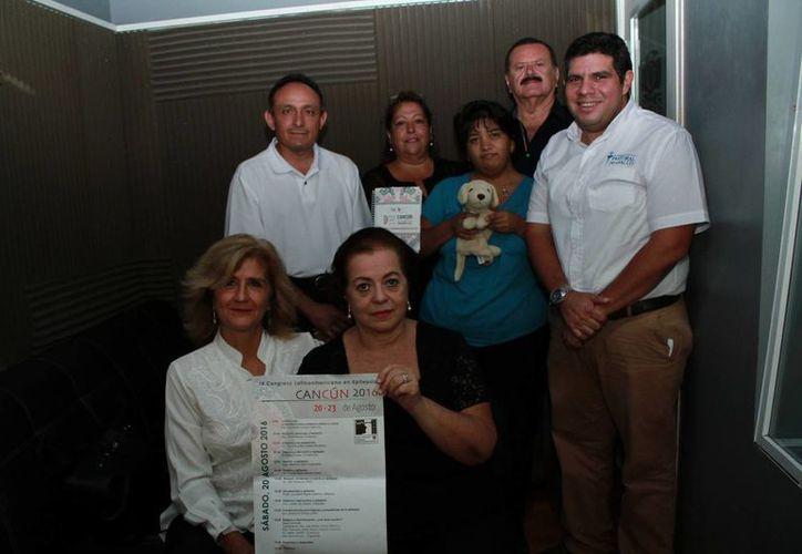 Integrantes del programa 'Salvemos una vida' con el psicólogo José Garfias Cáceres, Secretario de la Pastoral de la Salud. (Jorge Acosta/SIPSE)