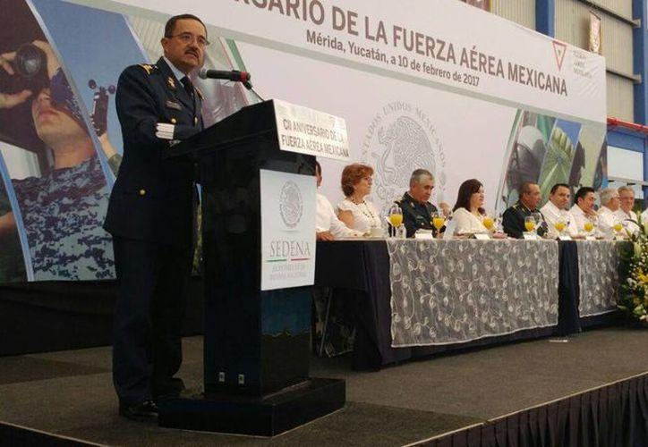 El comandante de la BAM-8, Román Carmona Landa, durante su mensaje por el 102 aniversario de la Fuerza Aérea Mexicana. (José Acosta/Milenio Novedades)