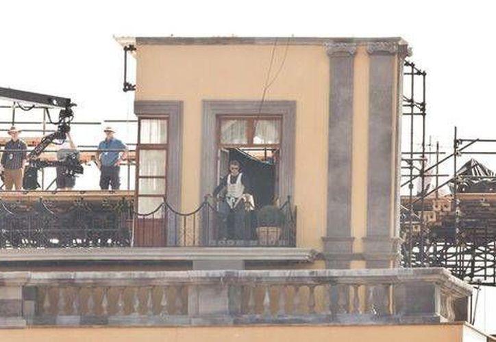 Como parte de una escena de Spectre, Daniel Craig caminó al límite de una barda sostenido por un arnés de seguridad, en una calle de la Ciudad de México. (Milenio)