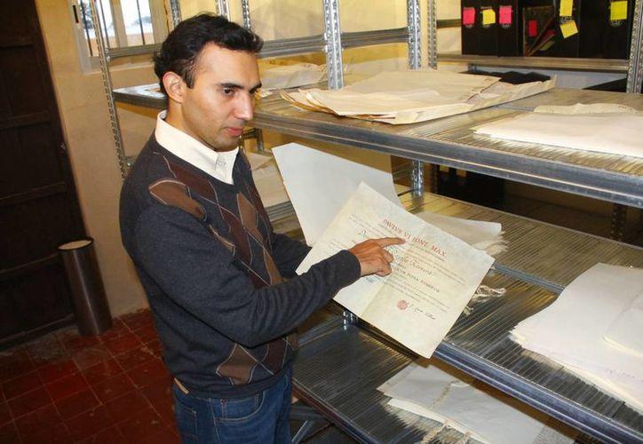 El padre Héctor Augusto Cárdenas Angulo, director del AHAY, comentó que concluir el trabajo de descifrar los documentos llevará muchos años. (Juan Albornoz/SIPSE)