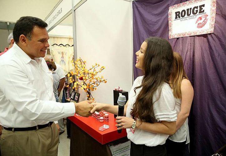 En la XVI Expoferia del Comercio 2014 el Gobernador platicó con jóvenes emprendedores sobre proyectos y comercialización de artículos innovadores. (Cortesía)