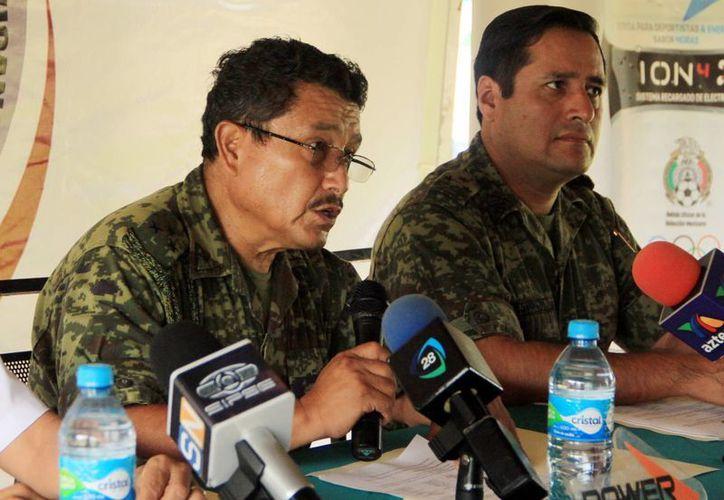 El Cnel. Int. Francisco Peña Gómez, vocero de la X Región Militar, y el Cnel. Gabino Torres Solórzano, durante la rueda de prensa. (Milenio Novedades)