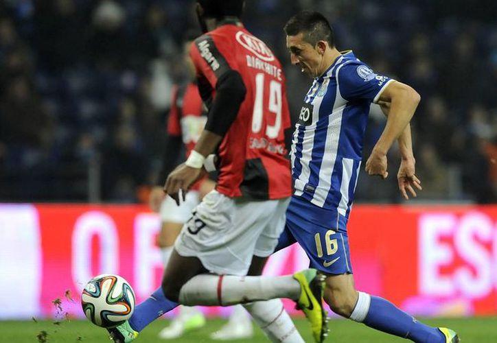 Héctor Herrera, del Porto (d), disputa el balón con el senegalés del Olhanense, Oumar Diakhite, en partido en el que el mexicano anotó por primera vez en la Liga de Portugal. (Agencias)
