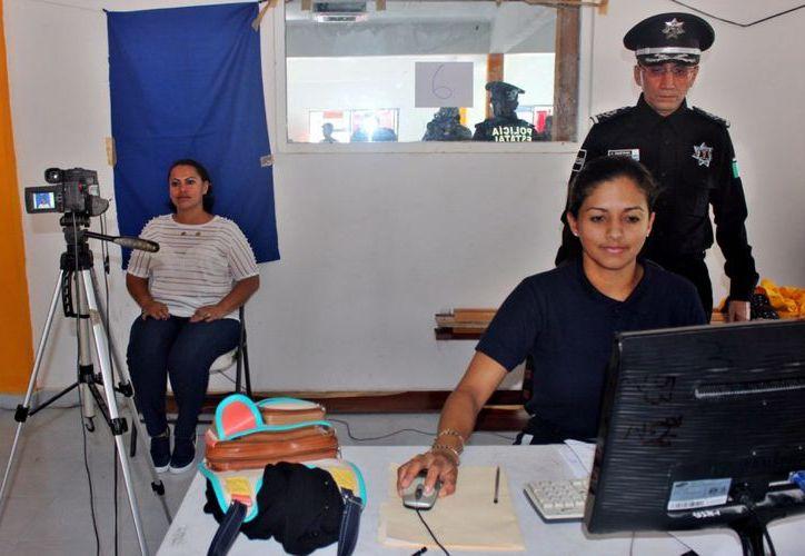 La Secretaría de Seguridad Pública de Quintana Roo, llevó el trámite de licencias hasta Mahahual. (Redacción/SIPSE).