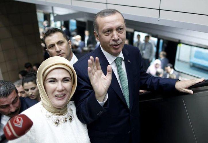 El presidente turco Recep Tayyip Erdogan, que aparece en la foto junto a su esposa Emine, declaró que las feministas no entienden la maternidad. (Archivo/EFE)