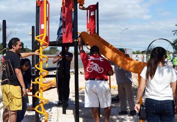 """Vecinos y empleados participaron en la maratónica jornada en la glorieta conocida como """"La joya"""" del Paseo Verde, al poniente de la ciudad. (Milenio Novedades)"""
