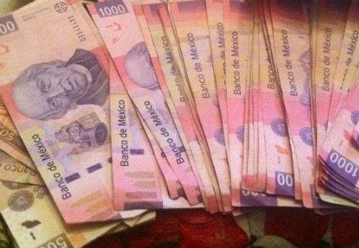 Muchos mexicanos prefirieron aplazar el envío de divisas desde el extranjero, para que fuera en dólares. (Notimex/Foto de archivo)