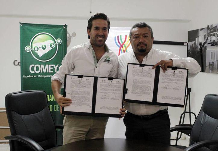 Directivos de la Comey y el Ieaey durante la firma del convenio para iniciar las jornadas gratuitas de regularización educativa. (Milenio Novedades)