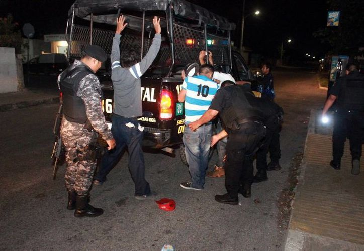 Al principio, los detenidos fueron acusados de lesiones, pero la víctima, Ángel A. G., murió en la madrugada de ayer, por lo que se reclasificará el delito a homicidio calificado. Imagen de contexto de la detención de un grupo de vándalos por parte de la SSP. (Milenio Novedades)