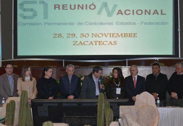 El subsecretario y encargado del Despacho de la SFP, Julián Olivas Ugalde (tercero de derecha a izquierda), clausuró la 51 Reunión Nacional de Contralores en Zacatecas. (funcionpublica.gob.mx)