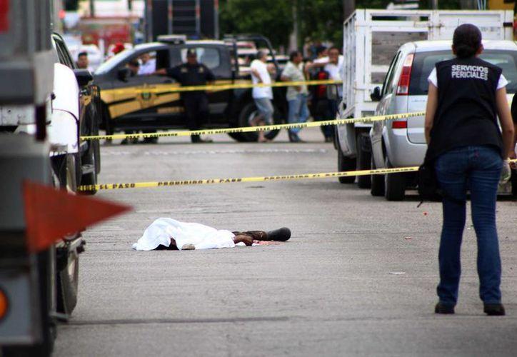 Un hombre que aún no ha sido identificado murió aplastado por un camión en la colonia Jesús Carranza. (Pallota/SIPSE)