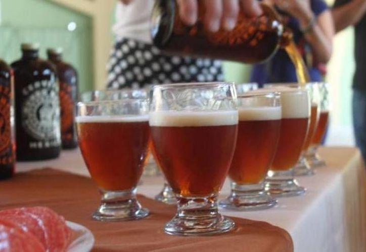 Un experto en bacterias intestinales de la Universidad de Amsterdam señaló que algunas cervezas albergan probióticos. (Archivo/Sipse)