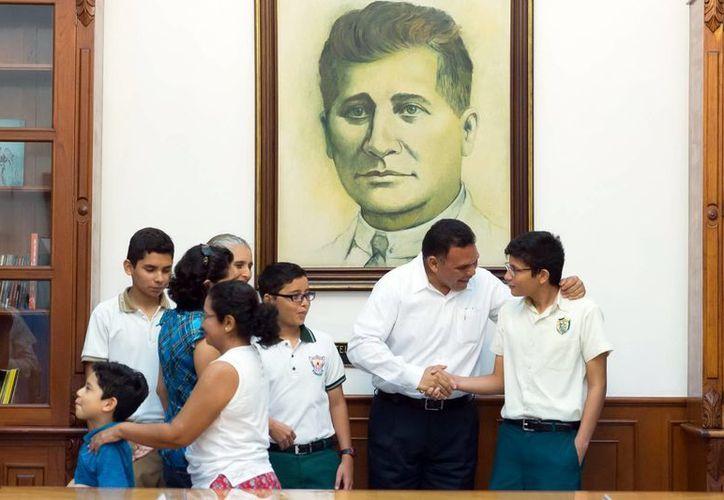 Rolando Zapata saludó a los jóvenes que viajarán a China para participar en  la Competencia Internacional de Matemáticas. (SIPSE)