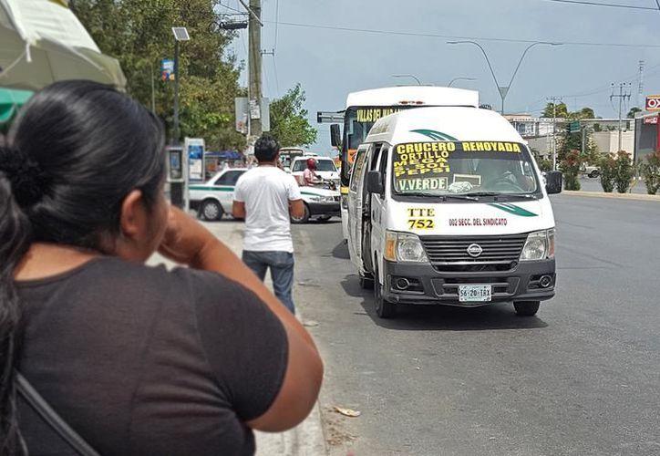 Aplicaron el cobro de un peso más a la tarifa en combis de Cancún.  (Archivo/SIPSE)