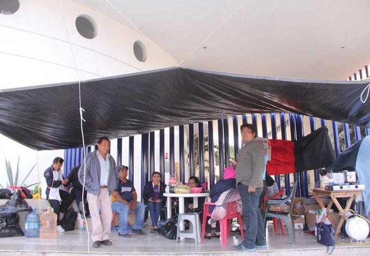Trabajadores administrativos de la Uady rechazaron los ofrecimientos de incremento salarial que les hizo la Rectoría, y decidieron mantener la huelga. (José Acosta/SIPSE)