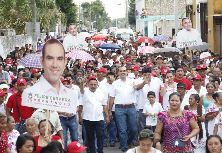 Felipe Cervera, candidato a diputado federal por el V Distrito, durante un acto de campaña en Tecoh. (SIPSE)