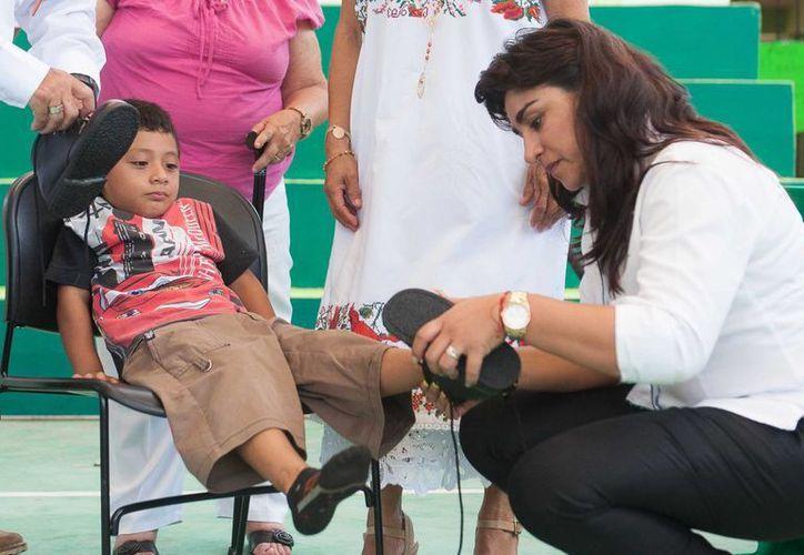En el evento se entregaron 137 sillas de ruedas y material ortopédico a 36 ayuntamientos. (Cortesía)