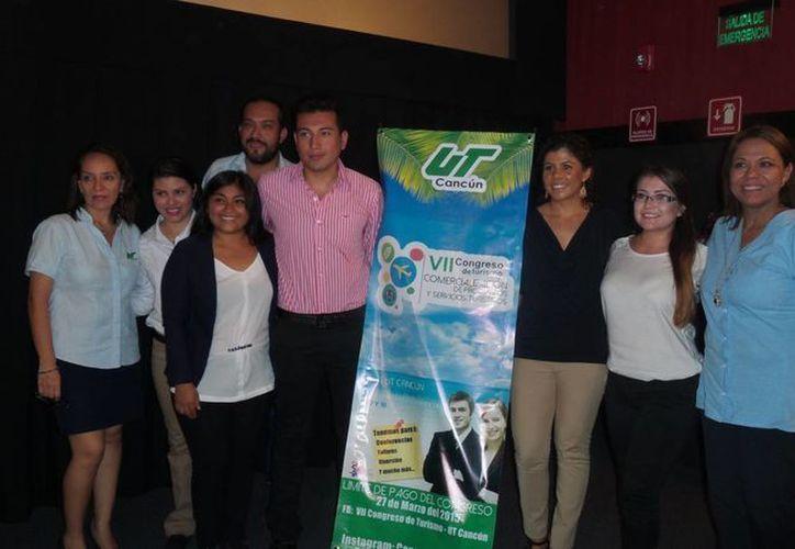 Estudiantes del quinto semestre de Turismo, de la Universidad Tecnológica de Cancún, presentaron el evento. (Israel Leal/SIPSE)