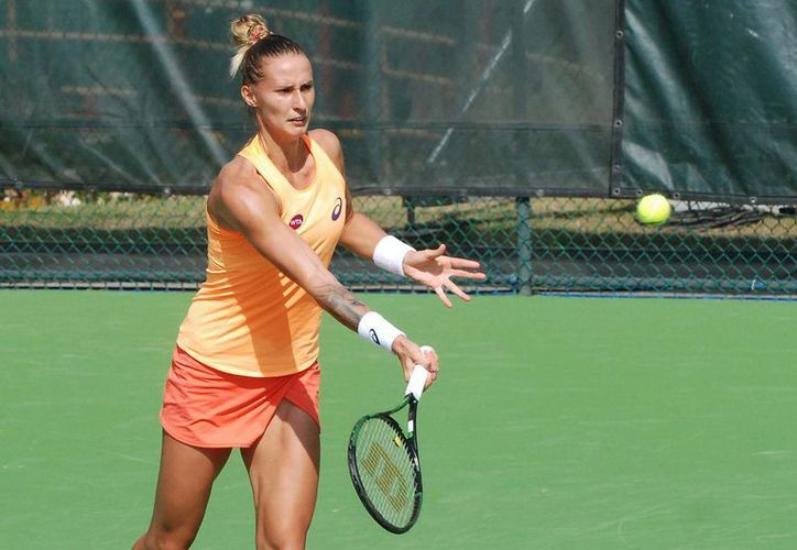 La vigente campeona Ana Ivanovic ganó su primer partido en el Abierto de Monterrey. En esta foto aparece la eslovena Polona Hercog, quien derrotó 6-2, 6-3 a la mexicana Ana Sofía Sánchez. (Notimex)