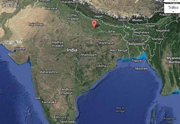 Los intoxicados empezaron a caer enfermos inmediatamente después de beber el licor en Azamgarh (en la parte superior del mapa de Googlemaps)