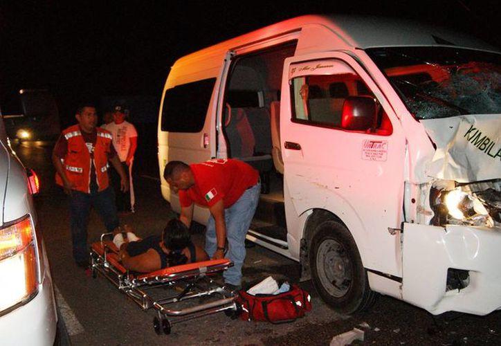 El taxi colectivo de la ruta Kimbilá-Mérida quedó con el frente desbaratado debido al impacto contra tres reses en la carretera. (Milenio Novedades)