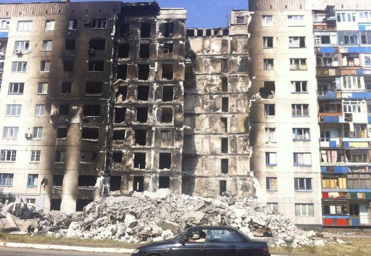 En esta imagen se ven las consecuencias de la lucha entre el gobierno de Ucrania y los separatistas prorrusos en un área residencial de Lysychansk, Ucrania. (Agencias)