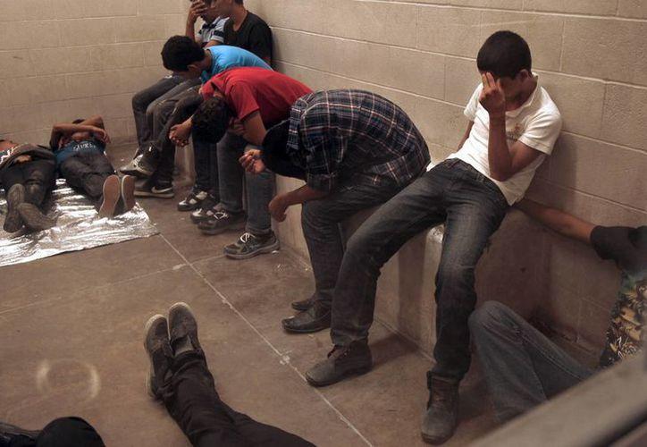 Inmigrantes detenidos tras cruzar en forma ilegal a Estados Unidos, aguardan en una estación de la Patrulla Fronteriza en McAllen, Texas. (Foto: AP)