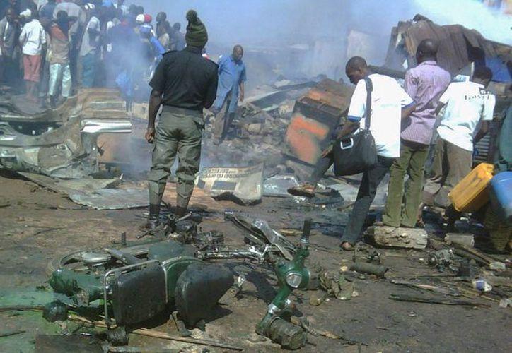 De nueva cuenta, el terrorismo sacudió un mercado en Nigeria. La imagen no corresponde al hecho; se trata de el área donde explosión casuó daños, en el norte de Nigeria. (Archivo/Efe)
