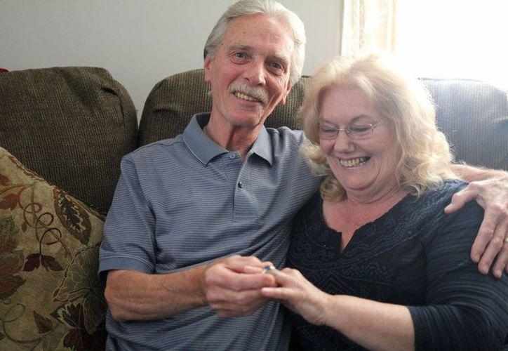Stan y Elaine Ostapiak sonríen mientras muestran el anillo encontrado entre las pertenencias de un hombre en Naxos, Grecia. (Agencias)