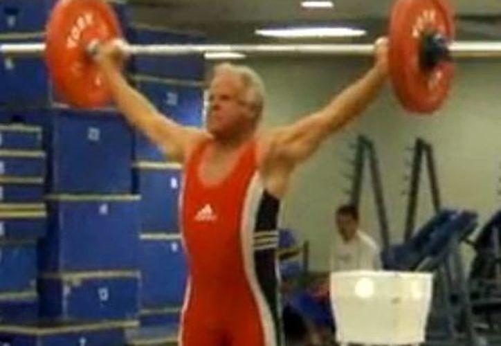El veterano deportista buscaba romper el récord mundial en su categoría. (Foto: Youtube)