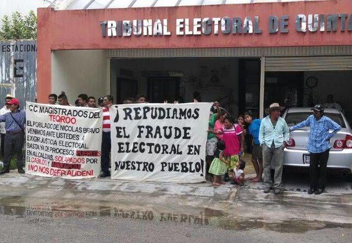 Alrededor de 50 habitantes de la alcaldía en mención se presentaron y se manifestaron frente a las oficinas del Teqroo. (Harold Alcocer/SIPSE)
